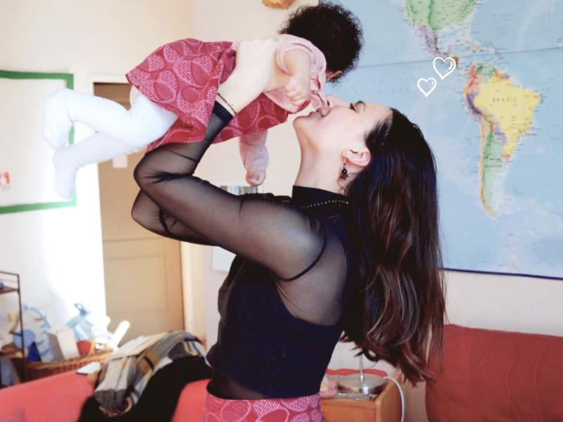 alicia bébé maman bras